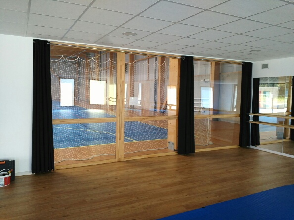 La reprise des activités sportives se prépare… les rideaux sont en place à la salle annexe de la salle de sport…